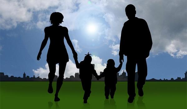Famille en silhouettes avec deux enfants, représentée en ombre. En arrière-plan, un ciel bleu