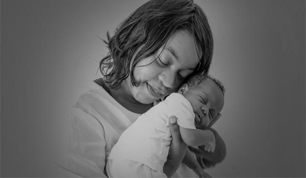 Un câlin entre une jeune femme et un bébé
