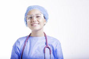 Une soignante en tenue de bloc, stétho autour du cou
